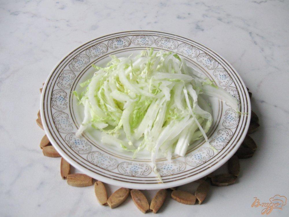 Салат с пекинской капустой сухариками и крабовыми палочками