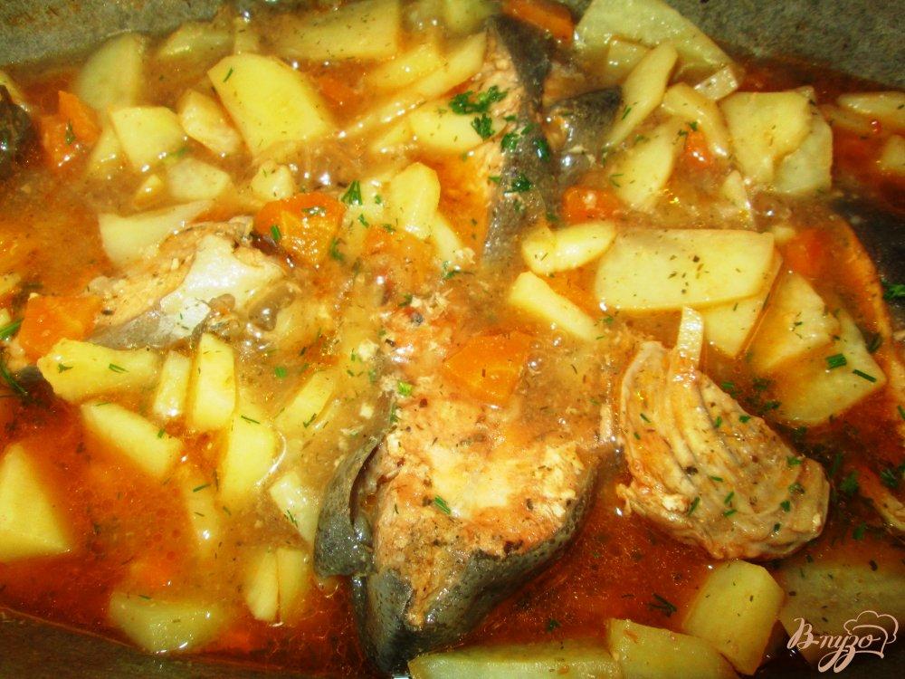 Фото приготовление рецепта: Тушеная горбуша с овощами шаг №4