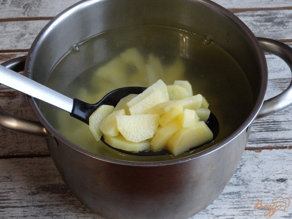 Фото приготовление рецепта: Свежие щи с консервами