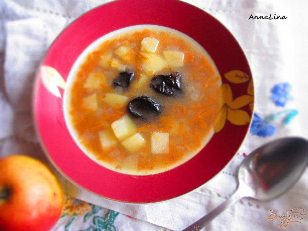 Фото приготовление рецепта: Куриный суп с черносливом и яблоком шаг №6