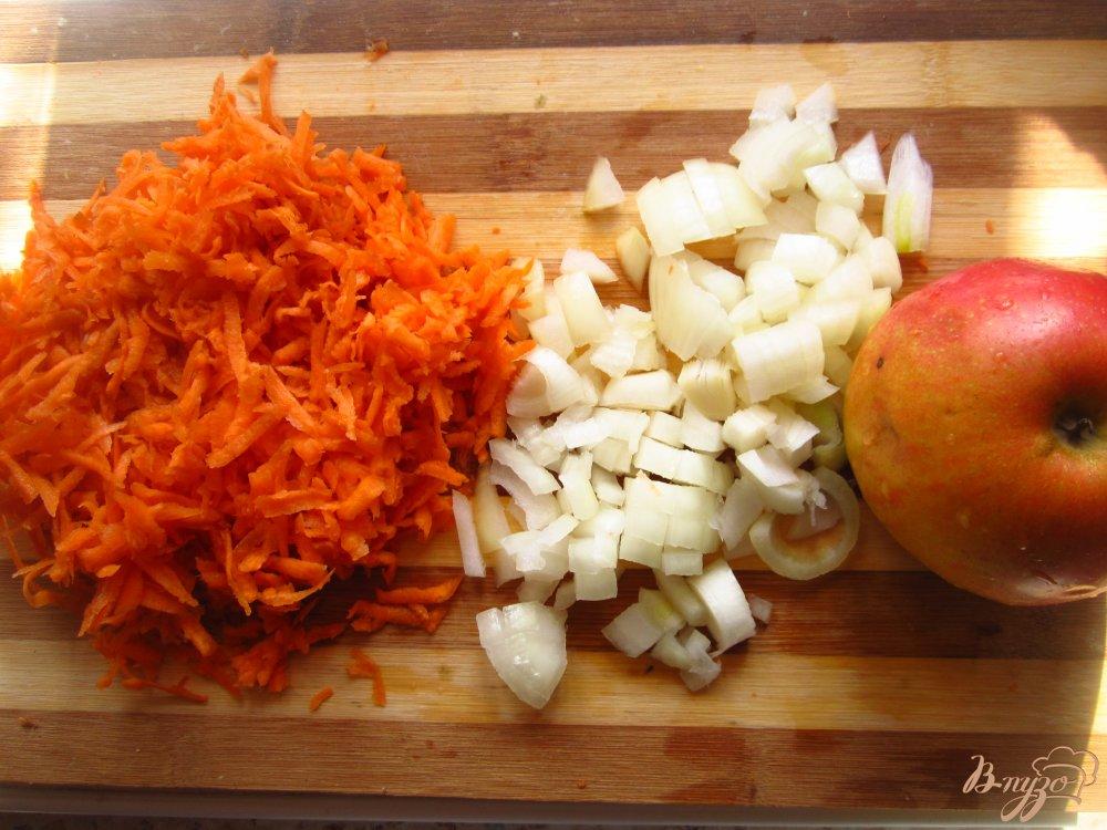 Фото приготовление рецепта: Куриный суп с черносливом и яблоком шаг №2