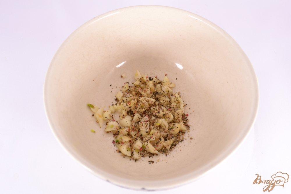 Фото приготовление рецепта: Грудинка свиная с чесноком и перцем в мультиварке шаг №2