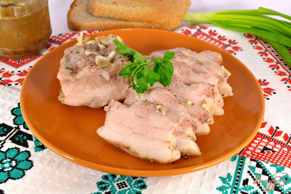 Фото приготовление рецепта: Грудинка свиная с чесноком и перцем в мультиварке шаг №6