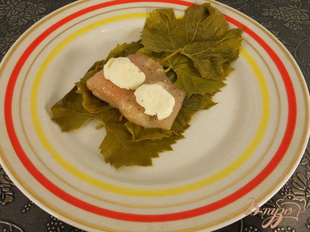 Рыба с моцареллой в виноградных листьях