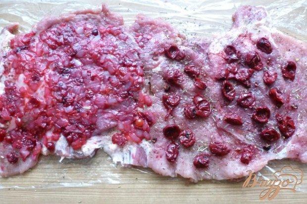 Мясной рулет с клюквенно- вишневой начинкой