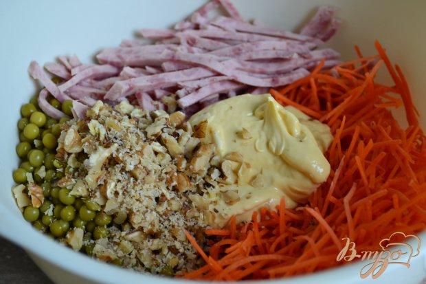Морковный салат с ветчинной колбасой и горошком
