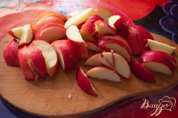 Рецепт Куриные бедрышки на подушке из яблок и изюма