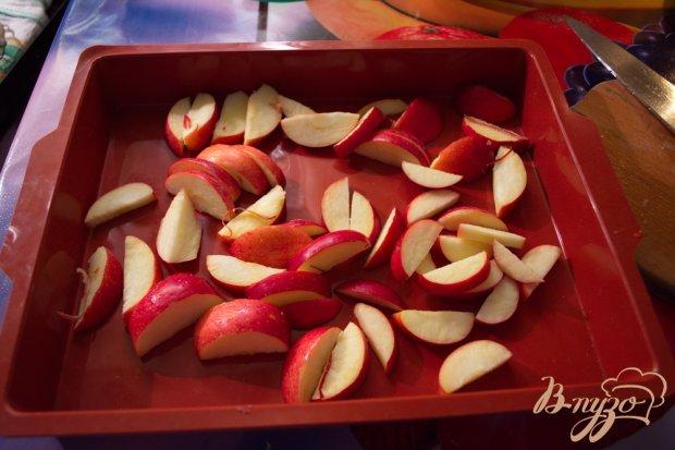 Куриные бедрышки на подушке из яблок и изюма