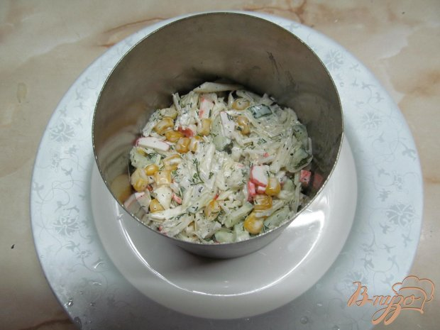 Салат из капусты, огурца, кукурузы и крабовых палочек