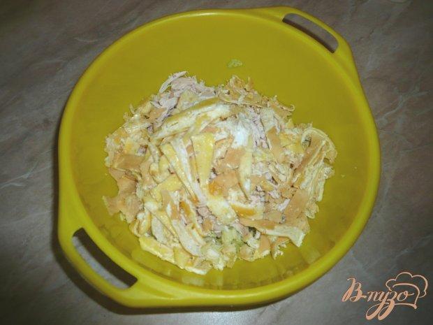 Салат из пекинской капусты с курицей и омлетным блинчиком