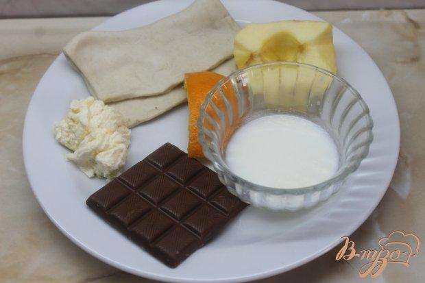 Сладкая слоеная булочка с яблоками и шоколадом