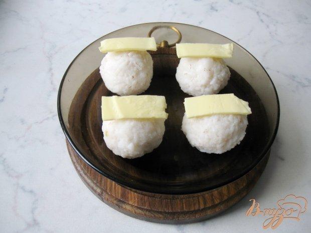 Рисовые  шарики с курицей и соевым соусом.
