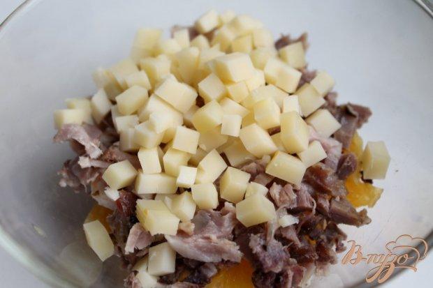 Салат с мясом, фруктами и черносливом
