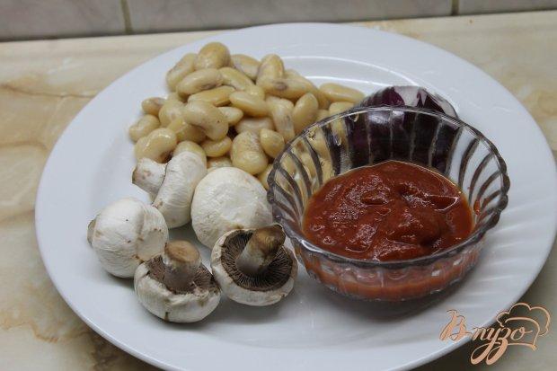Тушенная фасоль с грибами в томатном соусе