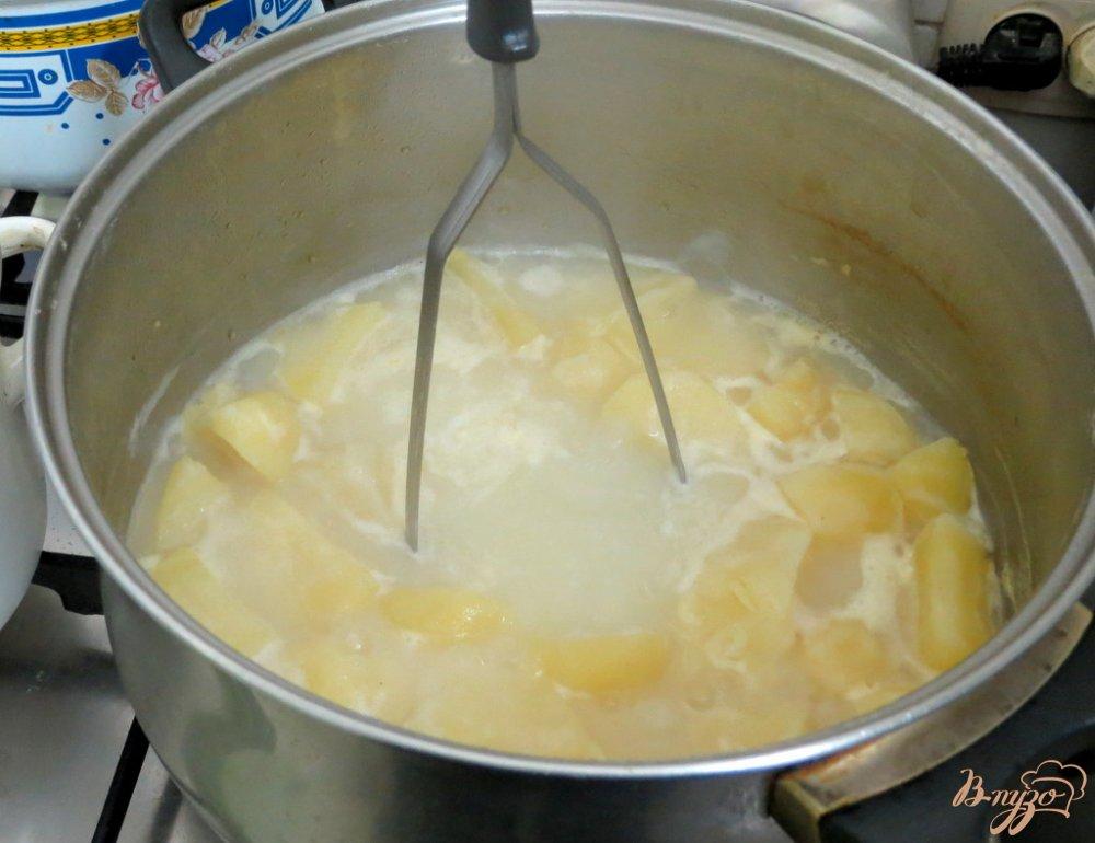 Фото приготовление рецепта: Капусняк из кислой капусты, перца и горошка шаг №3