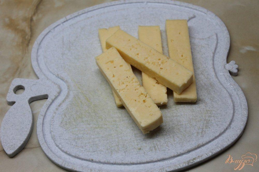 Фото приготовление рецепта: Сырные палочки со сметанным соусом шаг №2