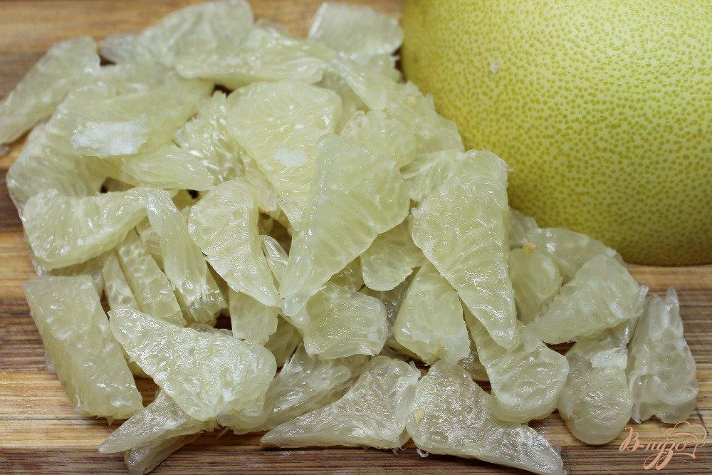 Фото приготовление рецепта: Салат с помело и сухофруктами шаг №2