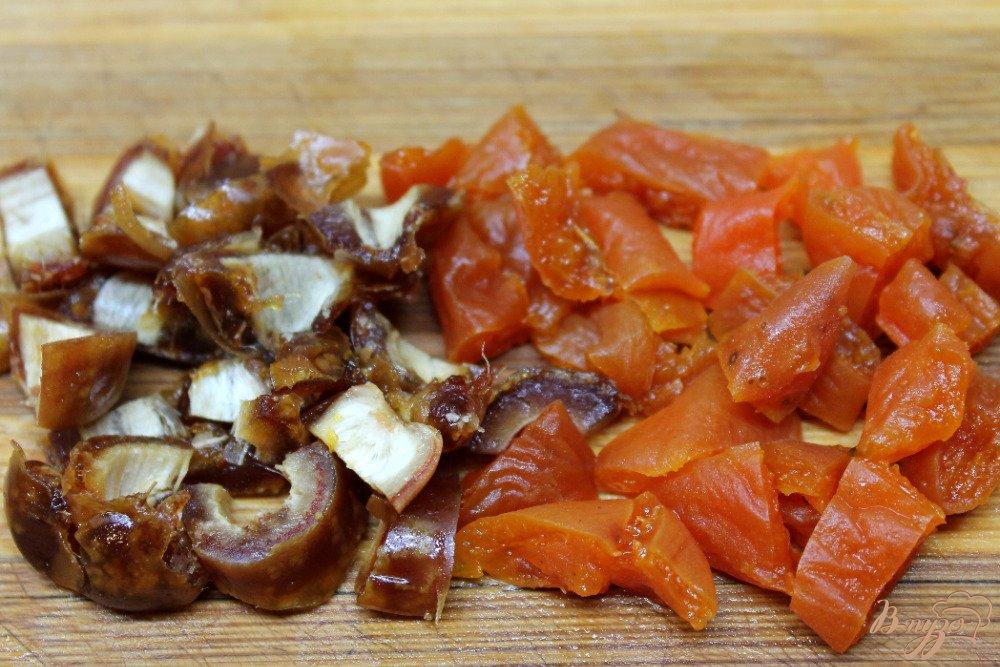 Фото приготовление рецепта: Салат с помело и сухофруктами шаг №3