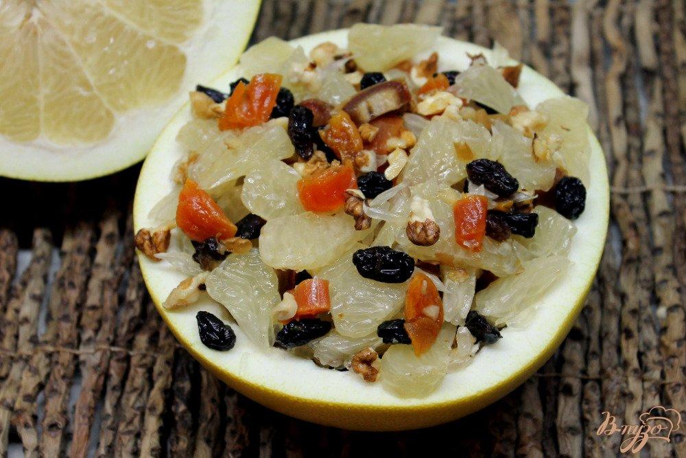 Фото приготовление рецепта: Салат с помело и сухофруктами шаг №8