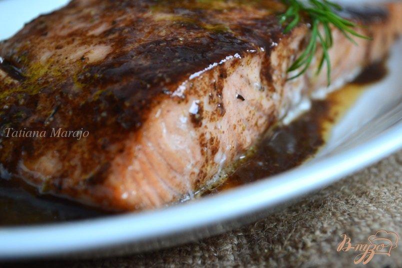 Фото приготовление рецепта: Филе лосося в винном соусе шаг №6