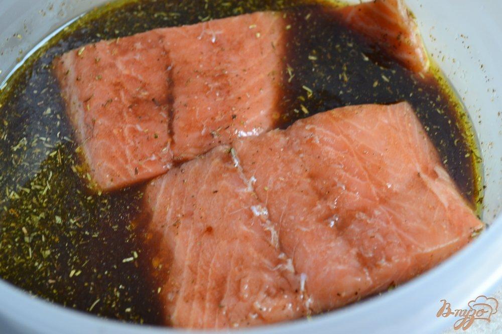 Фото приготовление рецепта: Филе лосося в винном соусе шаг №2