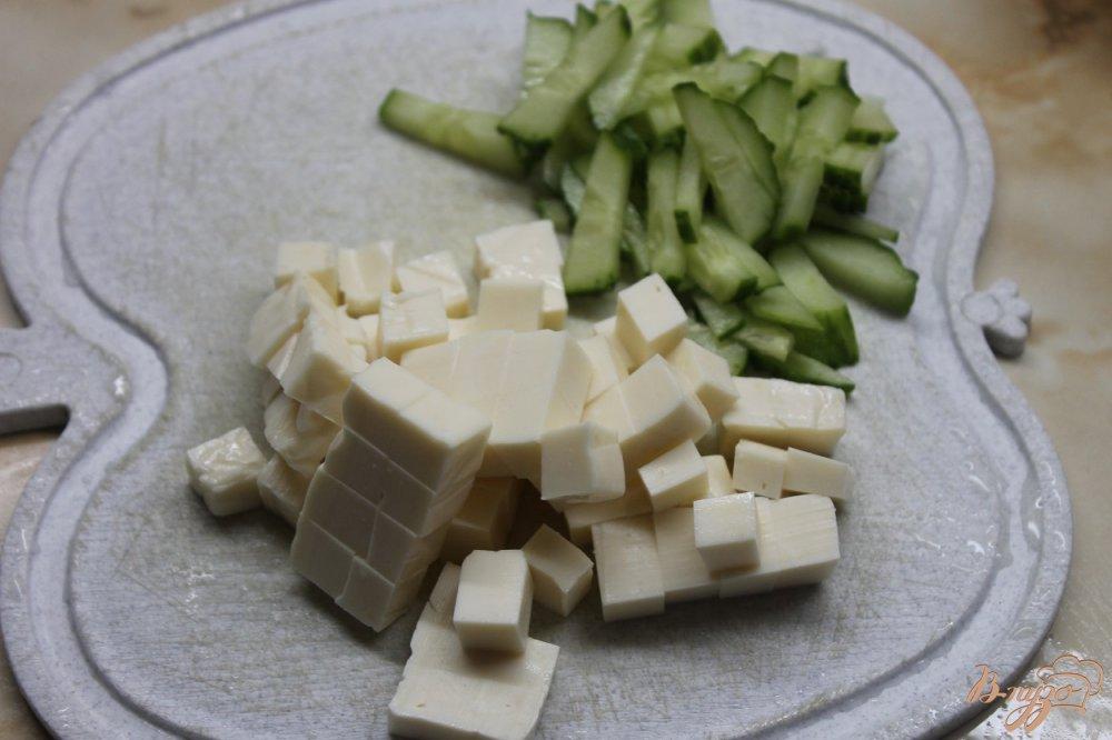 Фото приготовление рецепта: Салат с фасолью и копченым утиным окорочком шаг №3