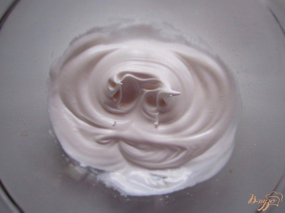 Фото приготовление рецепта: Вишневое безе с печеньем шаг №4