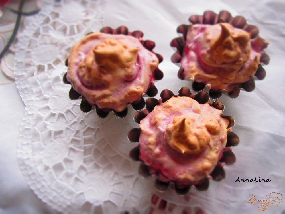 Фото приготовление рецепта: Вишневое безе с печеньем шаг №7