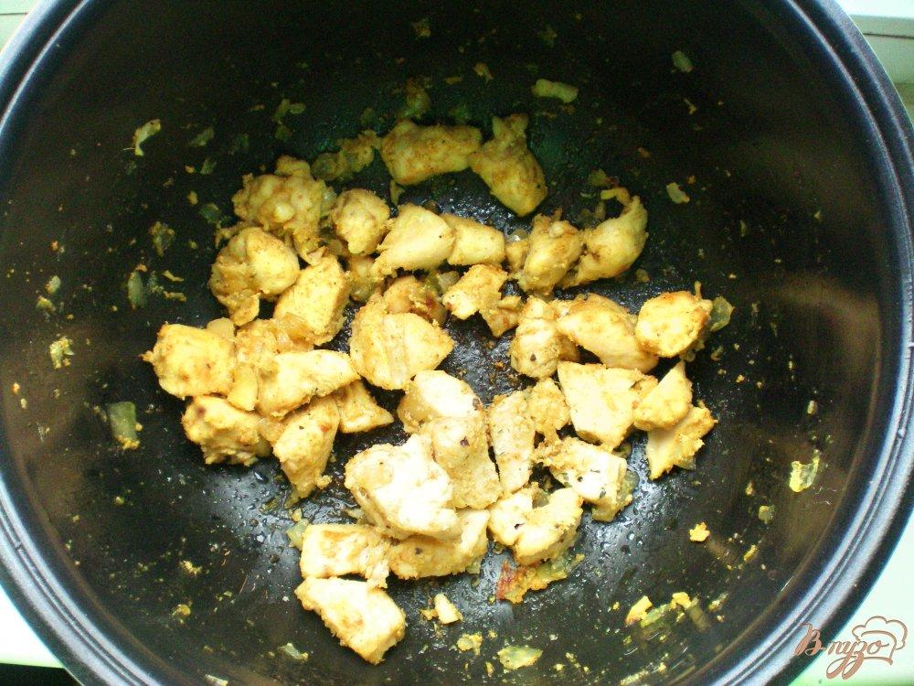 Фото приготовление рецепта: Курица с ананасами в мультиварке шаг №3