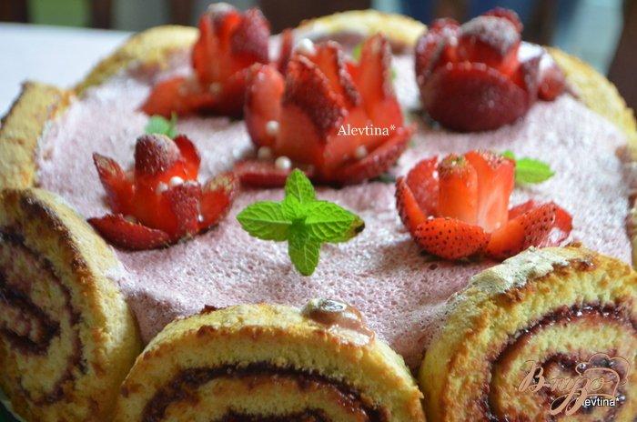 Фото приготовление рецепта: Розочки из клубники шаг №6