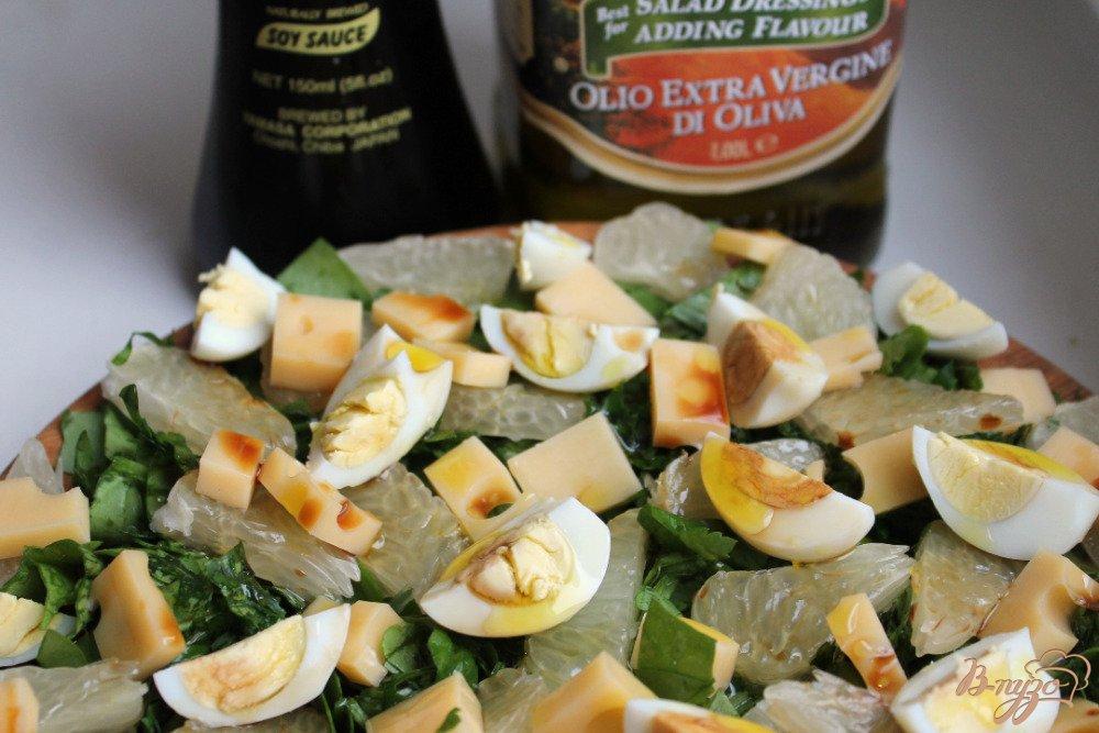 Фото приготовление рецепта: Салат со щавелем сыром и помело шаг №5