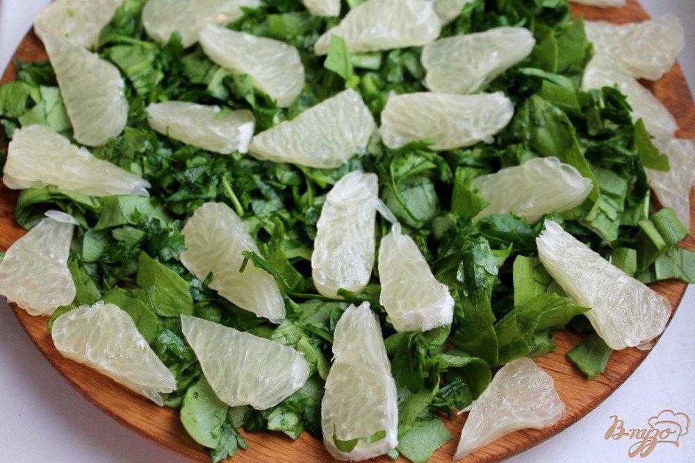 Фото приготовление рецепта: Салат со щавелем сыром и помело шаг №2