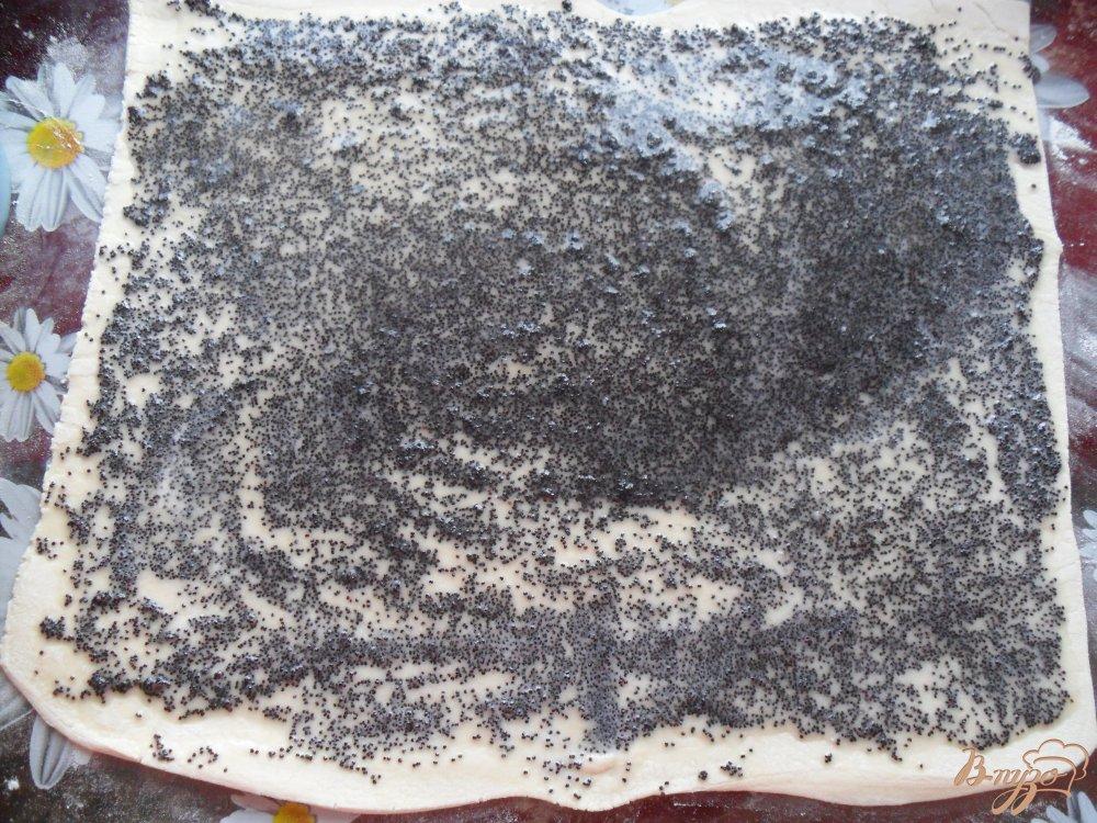 Фото приготовление рецепта: Слоенные булочки с маком шаг №4