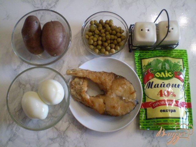 Фото приготовление рецепта: Салат с толстолобиком и горошком шаг №1