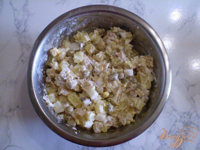 Фото приготовление рецепта: Салат с толстолобиком и горошком шаг №6