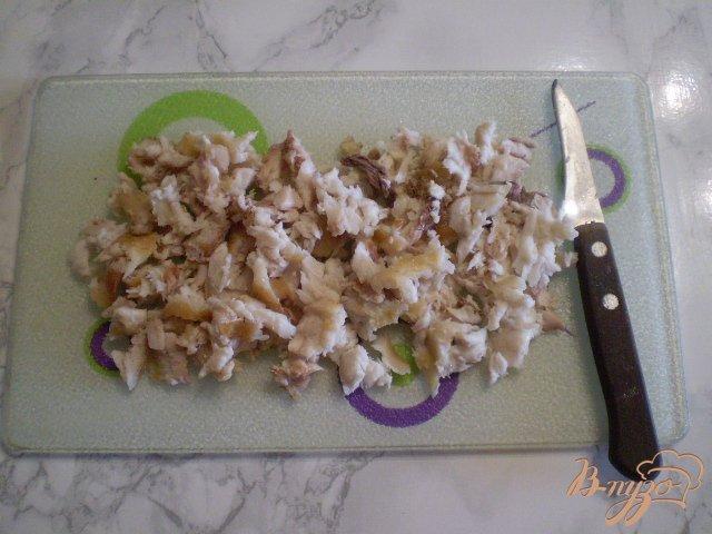 Фото приготовление рецепта: Салат с толстолобиком и горошком шаг №4