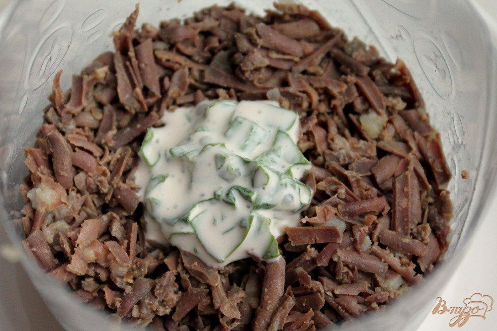 Фото приготовление рецепта: Салат слоеный с говяжьей печенью шаг №5