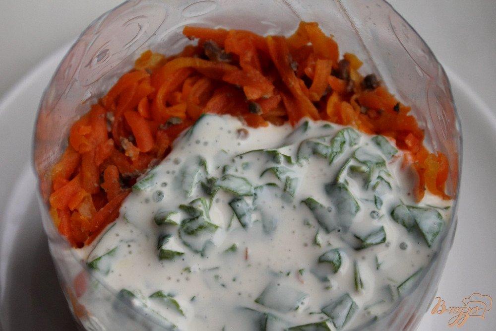 Фото приготовление рецепта: Салат слоеный с говяжьей печенью шаг №6