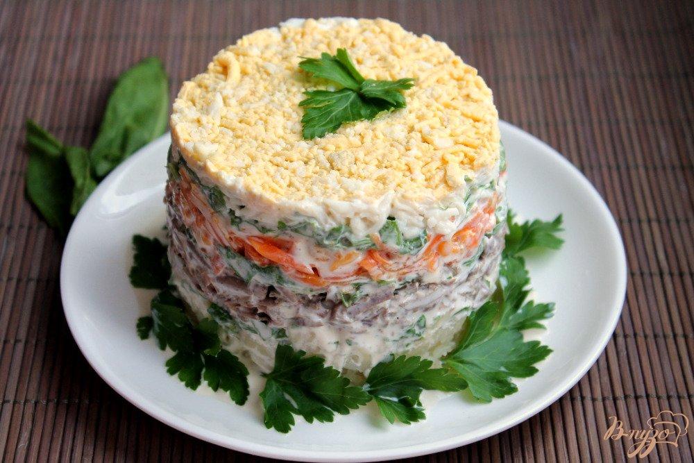 Фото приготовление рецепта: Салат слоеный с говяжьей печенью шаг №9