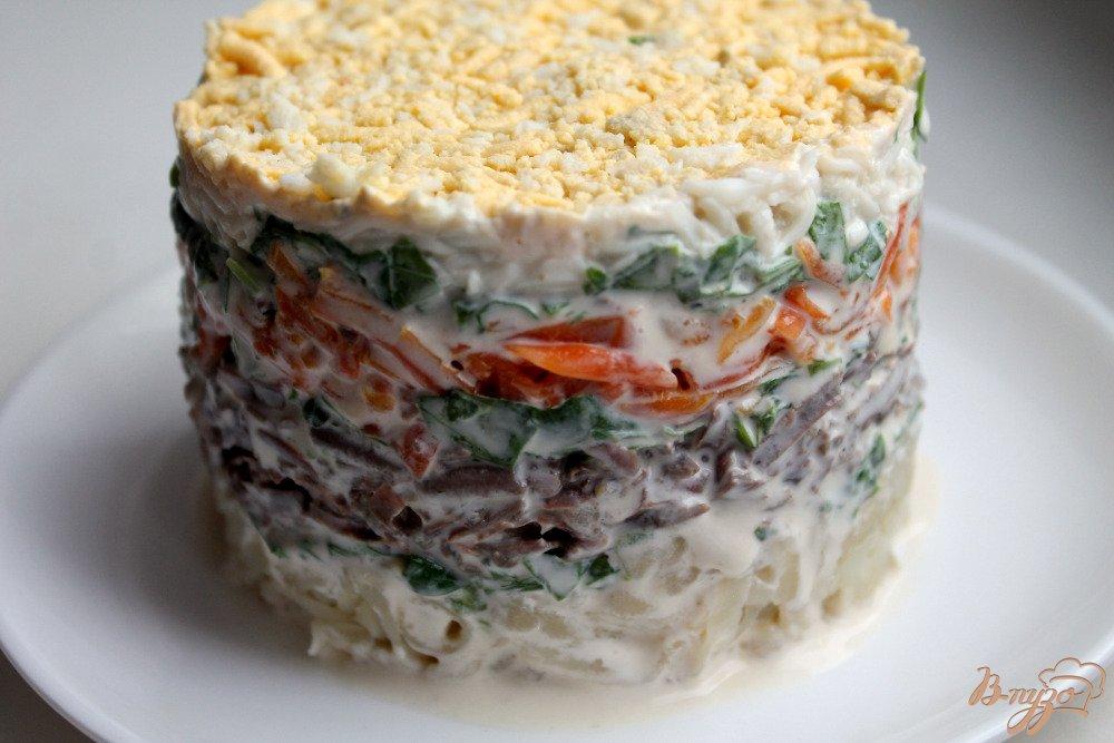 Фото приготовление рецепта: Салат слоеный с говяжьей печенью шаг №8