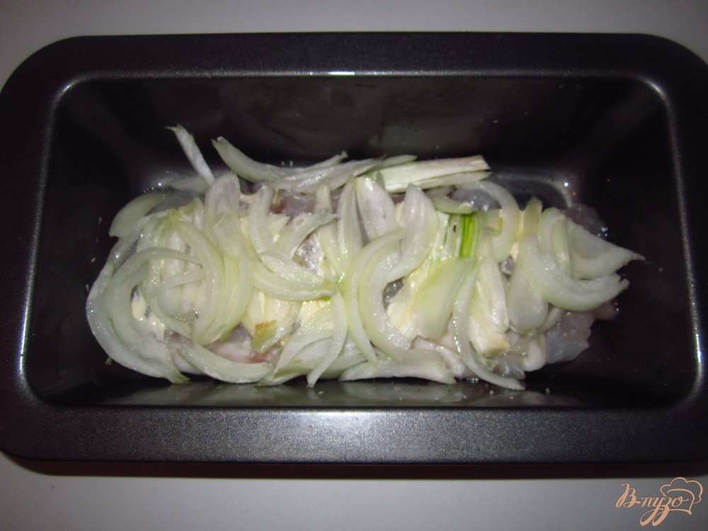 Фото приготовление рецепта: Пангасиус с киви под сыром шаг №4