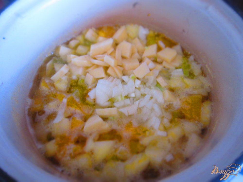 Фото приготовление рецепта: Крем суп с тыквы и яблок шаг №3