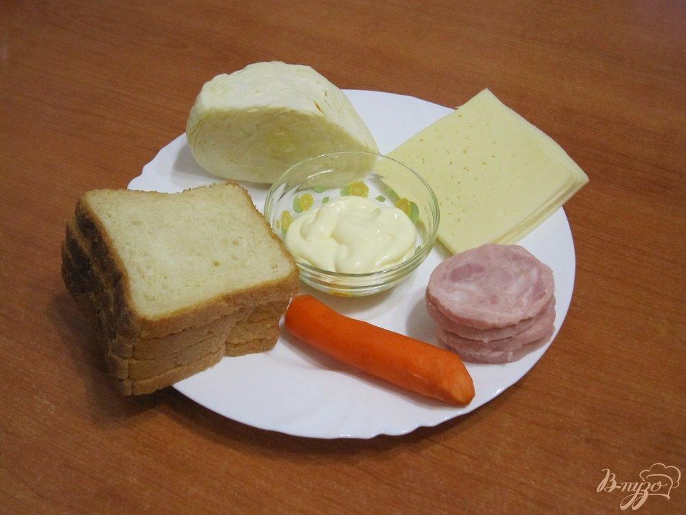 Фото приготовление рецепта: Бутерброды с сыром, ветчиной и салатом шаг №1