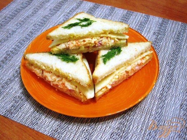 фото рецепта: Бутерброды с сыром, ветчиной и салатом