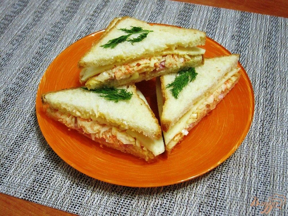 Фото приготовление рецепта: Бутерброды с сыром, ветчиной и салатом шаг №7