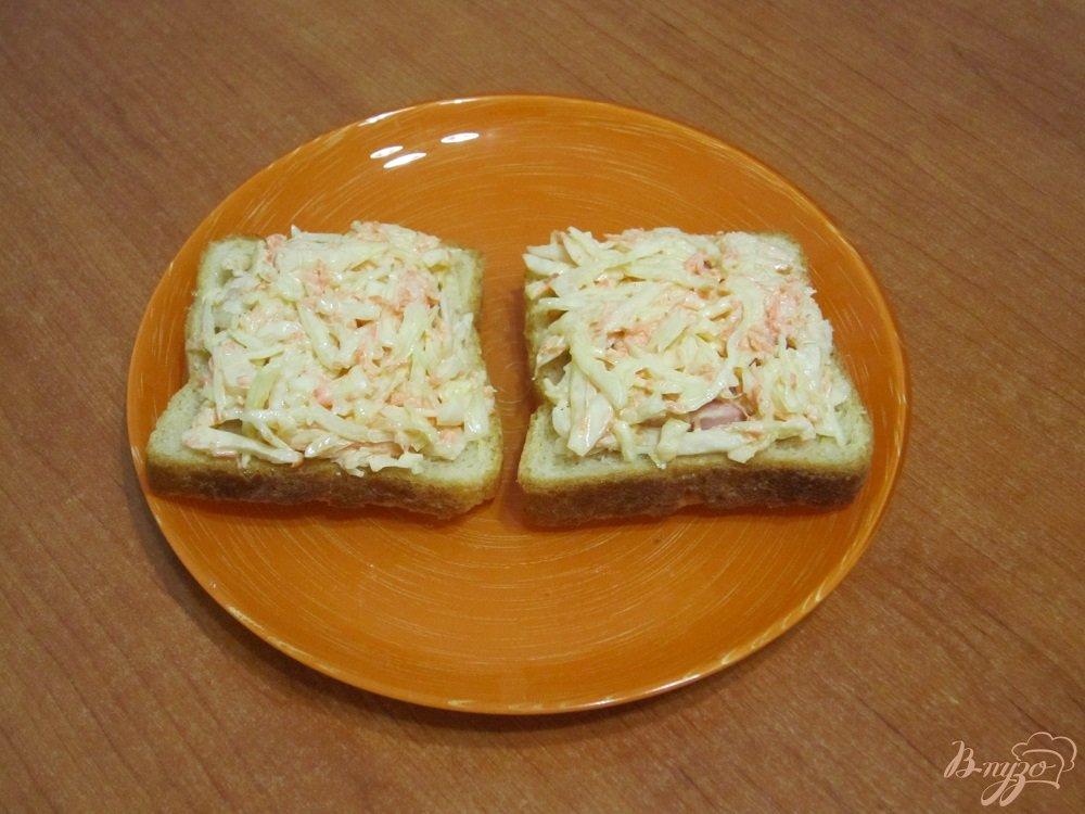 Фото приготовление рецепта: Бутерброды с сыром, ветчиной и салатом шаг №5