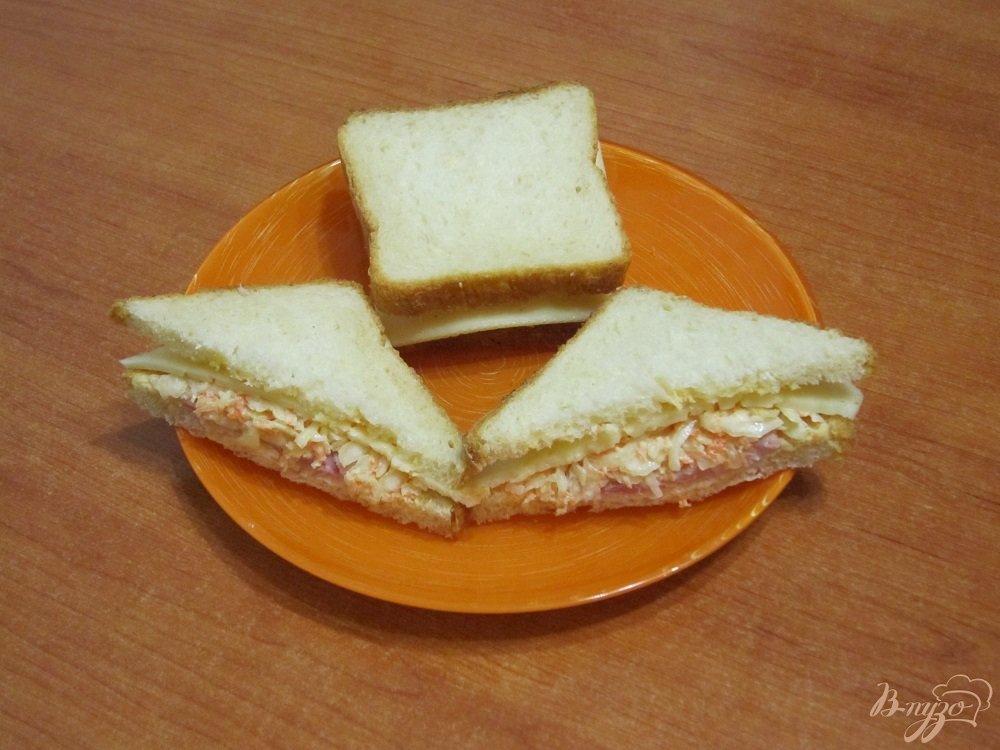 Фото приготовление рецепта: Бутерброды с сыром, ветчиной и салатом шаг №6