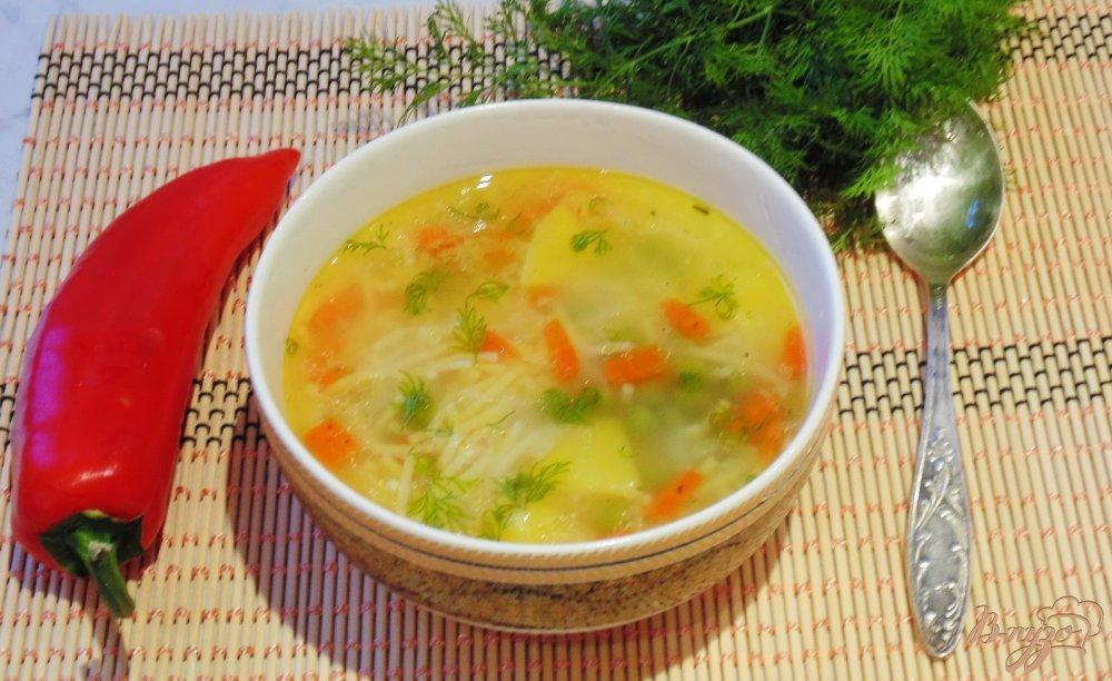 Фото приготовление рецепта: Куриный суп с вермишелью и зеленым горошком шаг №8