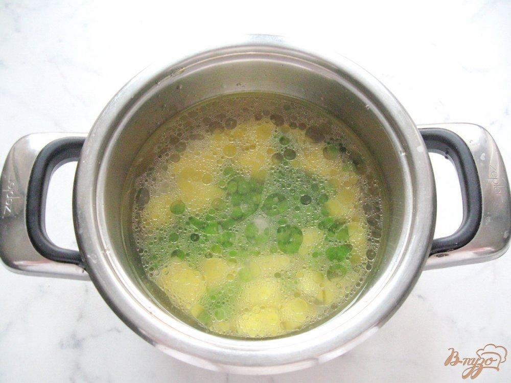 Фото приготовление рецепта: Куриный суп с вермишелью и зеленым горошком шаг №4