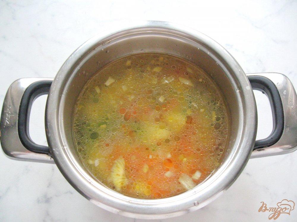Фото приготовление рецепта: Куриный суп с вермишелью и зеленым горошком шаг №6